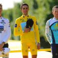 Lance Armstrong monte sur le podium du Tour de France, le 26 juillet 2009 à Paris, au côté d'Alberto Contador et d'Andy Schleck