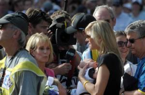 Lance Armstrong retrouve sa compagne et leur bébé de 7 semaines en descendant du podium du Tour de France !
