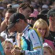 Lance Armstrong, 3e du Tour de France, retrouve dans sa foule sa compagne Anna Hansen et leur bébé, Max, le 26 juillet 2009