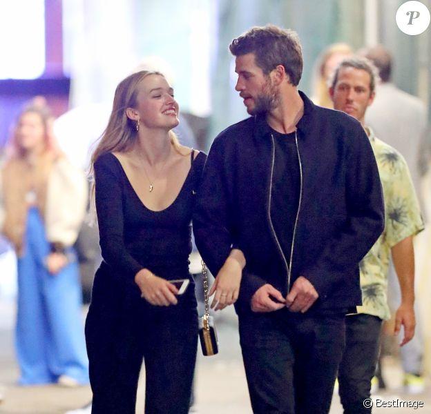 Exclusif - Liam Hemsworth et sa nouvelle compagne Maddison Brown se câlinent et s'embrassent dans les rues de New York. Les tourtereaux ont passé la soirée dans le bar The Flower Shop avant de rejoindre le 'Alley Cat Amateur Theatre', le 12 octobre 2019.