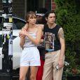 Exclusif - Le leader du groupe britannique The 1975 Matt Healy et sa compagne, le mannequin australien Gabriella Brooks profitent des températures estivales pour faire une promenade romantique dans le quartier The Bowery. New York, le 3 juin 2019.