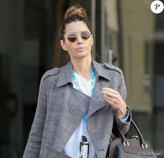 Exclusif - Jessica Biel porte toujours son alliance à la sortie d'un immeuble dans un quartier de Los Angeles. Le 17 décembre 2019