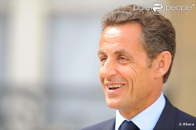 Nicolas Sarkozy se montre rassurant sur le perron de l'Elysée, le 29 juillet 2009 : il est en forme !