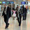 12 juillet 2009 : La chanteuse Shakira est à l'aéroport de Roissy, à Paris, avec son fiancé