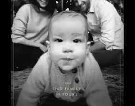 Meghan Markle, duchesse de Sussex, le prince Harry et leur fils Archie réunis au pied du sapin pour leur première carte de voeux en famille à l'occasion de Noël 2019.