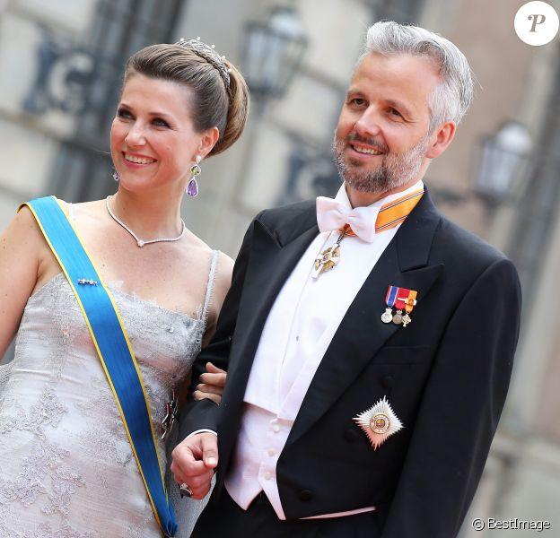La princesse Märtha Louise de Norvège et Ari Behn, son mari de 2002 à 2017, le 13 juin 2015 à Stockholm pour le mariage du prince Carl Philip de Suède et de Sofia Hellqvist. Ari Behn s'est suicidé le 25 décembre 2019, se donnant la mort à l'âge de 47 ans. Il était père de trois filles avec Märtha Louise.
