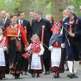 La princesse Märtha Louise de Norvège et Ari Behn, son mari de 2002 à 2017, en mai 2013 à Londres avec leurs filles (Maud Angelica, Leah Isadora, Emma Tallulah) lors de la célébration de la Fête nationale norvégienne. Ari Behn s'est suicidé le 25 décembre 2019, se donnant la mort à l'âge de 47 ans. Il était père de trois filles avec Märtha Louise.