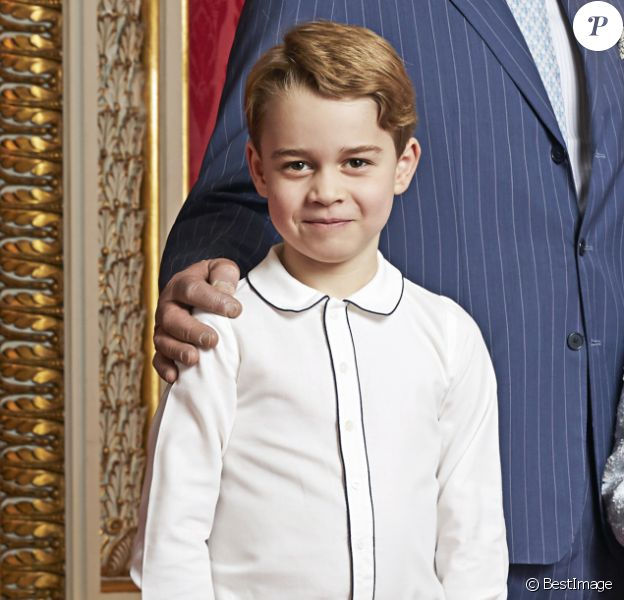 La reine Elisabeth II d'Angleterre, Le prince Charles, prince de Galles, Le prince William, duc de Cambridge, Le prince George de Cambridge - taken by the same photographer, Ranald Mackechnie, in the Throne Room at Buckingham Palace on Wednesday December 18, 2019. © Ranald Mackechnie via Bestimage