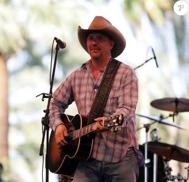 Kevin Costner en concert lors d'un festival en Californie