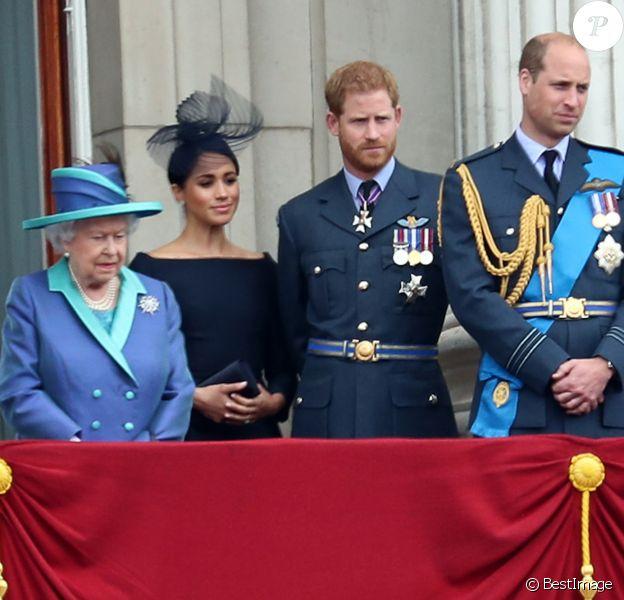 La reine Elisabeth II d'Angleterre, Meghan Markle, duchesse de Sussex (habillée en Dior Haute Couture par Maria Grazia Chiuri), le prince Harry, duc de Sussex, le prince William, duc de Cambridge, Kate Catherine Middleton, duchesse de Cambridge - La famille royale d'Angleterre lors de la parade aérienne de la RAF pour le centième anniversaire au palais de Buckingham à Londres. Le 10 juillet 2018.