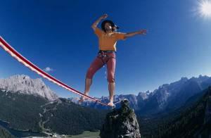 Il enjambe les montagnes pieds nus... sur un fil, au péril de sa vie ! Regardez !