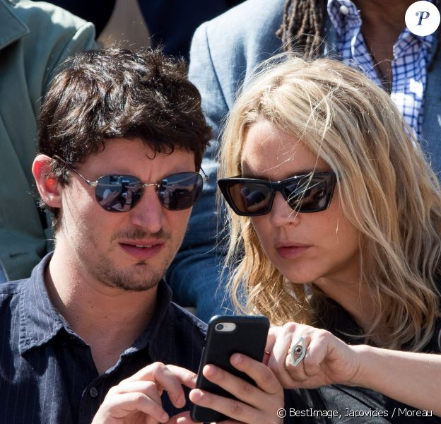 Virginie Efira et son compagnon Niels Schneider - Célébrités dans les tribunes des internationaux de France de tennis de Roland Garros à Paris, France, le 8 juin 2019. © Jacovides / Moreau/Bestimage