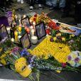 Les fans se recueillent devant le Staple Center pour rendre hommage au champion de basket américain Kobe Bryant mort à 41 ans dans un accident d'hélicoptère à Calabasas, Los Angeles, le 26 janvier 2020.