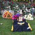 Les fans arrivent à Newport Coast devant le domicile du champion de basket américain Kobe Bryant mort à 41 ans dans un accident d'hélicoptère à Calabasas, Los Angeles, le 26 janvier 2020.