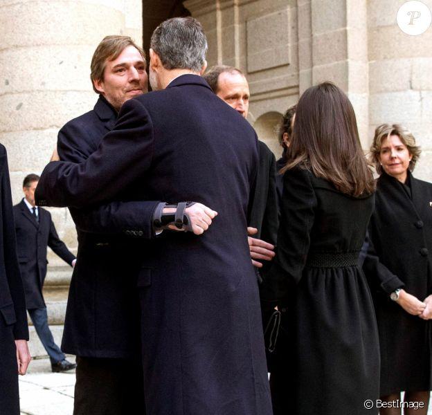 Le roi Felipe VI d'Espagne et la reine Letizia adressent leur soutien à Fernando, Luis, Bruno, Juan et Simoneta Gomez-Acebo, les enfants de la défunte, lors de la messe en hommage à l'infante Pilar de Bourbon dans la basilique du monastère de l'Escurial à Madrid, le 29 janvier 2020. La soeur de l'ancien roi d'Espagne est décédée le 8 janvier 2020.