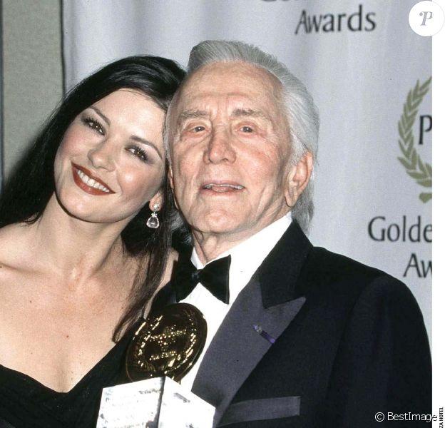 Catherine Zeta Jones et Kirk Douglas le 5 mars 2001 à Los Angeles.