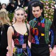 """Sophie Turner et Joe Jonas à la 71ème édition du MET Gala sur le thème """"Camp: Notes on Fashion"""" au Metropolitan Museum of Art à New York, le 6 mai 2019. En février 2020, il est révélé que le couple attend son premier enfant."""
