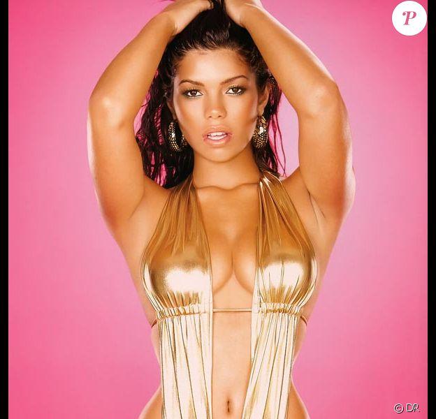 La belle Suelyn Medeiros adooooore partager les photos de son site internet, notamment pour la promotion de marques de lingerie et de maillots de bain !