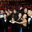 """Bong Joon Ho, Kwak Sin Ae (CR) et l'équipe du film """"Parasite"""" en backstage de la 92ème cérémonie des Oscars 2020 au Hollywood and Highland à Los Angeles, Californie, Etats-Unis, le 9 février 2020. © CPA/Bestimage"""