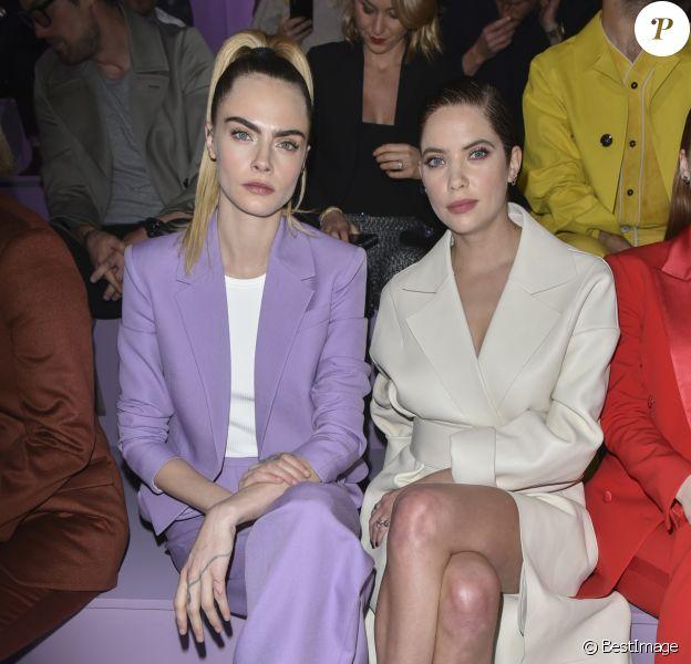 """Cara Delevingne et sa femme Ashley Benson assistent au défilé de mode """"BOSS"""" collection Automne-Hiver 2020-2021 lors de la fashion week à Milan, le 23 février 2020."""