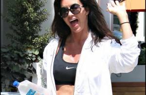 Janice Dickinson, 54 ans, en mini tenue de sport et le ventre à l'air... nous fait un véritable show !