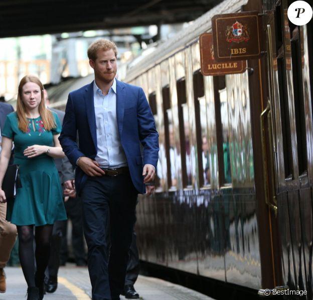 """Kate Middleton, duchesse de Cambridge, le prince William, duc de Cambridge et le prince Harry - Evénement """"Charities Forum"""" à la station de métro Paddington, où le train de luxe """"Belmond British Pullman"""" accueille 130 enfants de diverses associations caritatives, à Londres. Le 16 octobre 2017"""