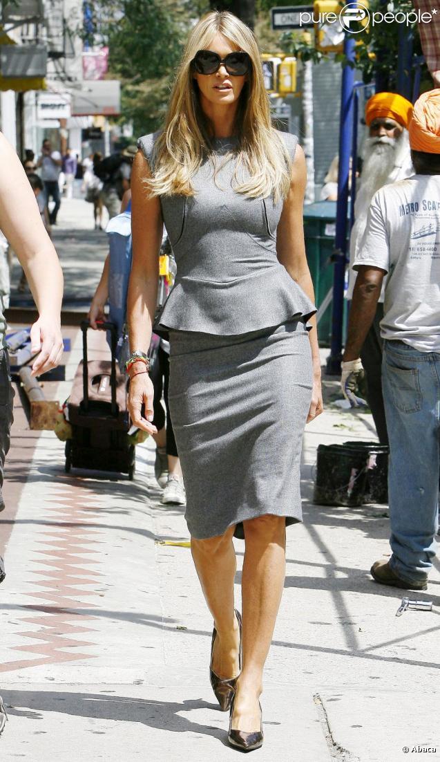 Elle Macpherson dans une robe Victoria Beckham