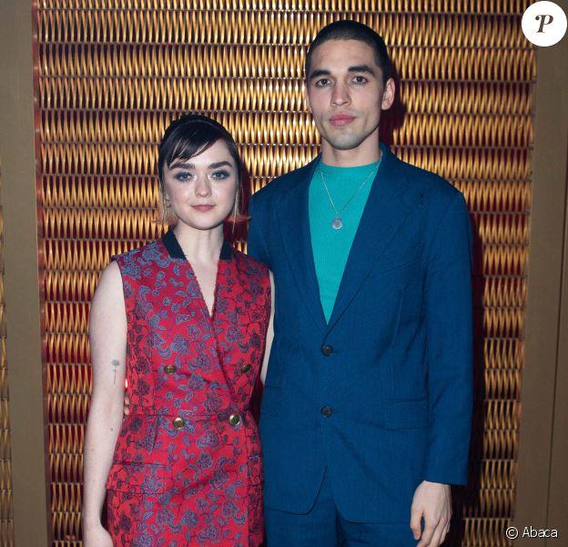 Maisie Williams et son petit ami Reuben Selby assistent au défilé Givenchy, collection prêt-à-porter automne-hiver 2020-2021 à l'Hippodrome de Longchamp. Paris, le 1er mars 2020.