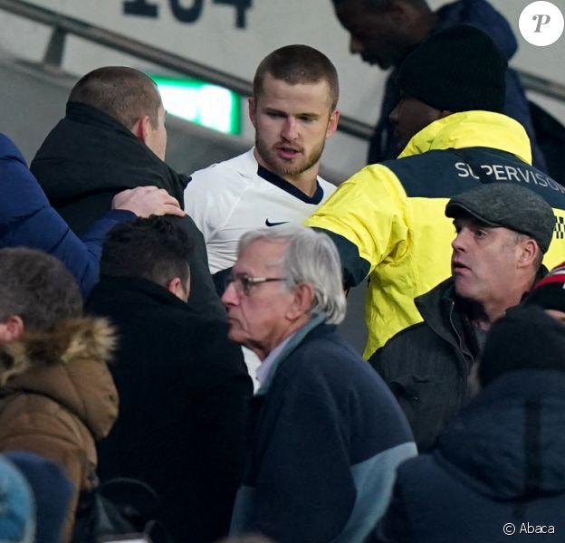 Le footballeur Erid Dier (en blanc) est monté en tribunes pour défendre son frère lors d'une altercation avec des supporters, à l'issue du match Tottenham Hotspur - Norwich City FC au Tottenham Hotspur Stadium. Londres, le 4 mars 2020.