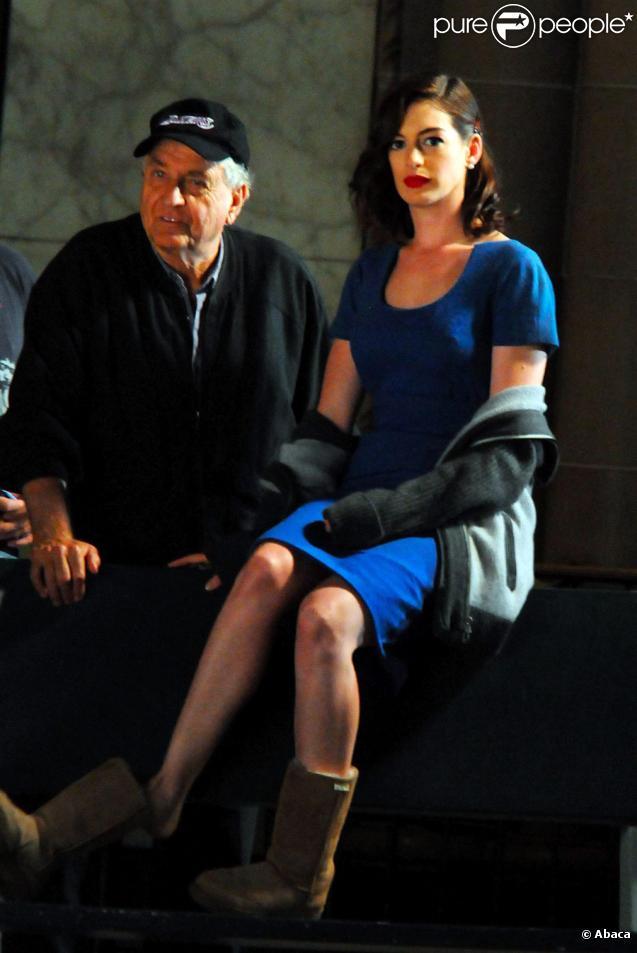 anne hathaway s duit un homme plus g avec sa classe de vamp 39 hollywoodienne purepeople. Black Bedroom Furniture Sets. Home Design Ideas