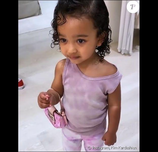 Chicago West, la fille de Kim Kardashian et Kanye West, porte un sac et des chaussures appartenant à sa mère. Le 12 mars 2020.
