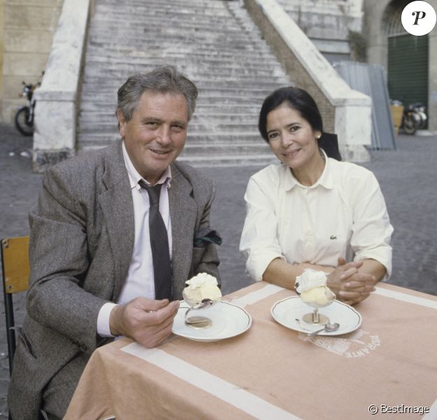 Victor Lanoux et Marie-José Nat devant le forum lors de leurs vacances à Rome. Octobre 1988