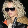"""Rita Ora de retour à son domicile londonien après avoir participé à l'émission de la """"BBC Radio 1"""", le 16 mars 2020. La chanteuse avait le mot """"Paris"""" brodé sur son pantalon ajouré dévoilant son fessier."""