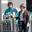 Exclusif - Elizabeth Olsen et son fiancé Robbie Arnett ont fait le plein de courses au supermaché Erewhon à Los Angeles pendant l'épidémie de Coronavirus (COVID-19) le 30 mars 2020.