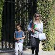 Exclusif - Sarah Michelle Gellar se promene dans son quartier de Brentwood avec son fils Rocky James Prinze à Los Angeles, Californie, Etats-Unis, le 4 avril 2020.