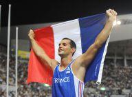 Romain Mesnil se met à nouveau nu en plein stade... pour fêter son podium mondial !