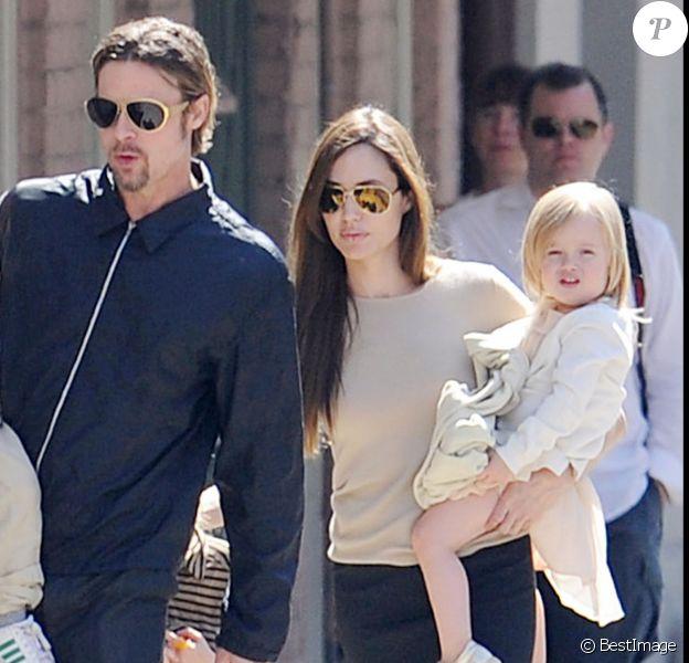 Angelina Jolie, Brad Pitt et leurs enfants, dont Knox et Vivienne, à la Nouvelle-Orléans, en 2011.