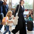 Exclusif - Angelina Jolie et sa fille Vivienne arrivent à l'aéroport de Los Angeles pour prendre un vol, le 6 novembre 2015.
