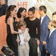"""Angelina Jolie et ses enfants, Vivienne, Knox, Shiloh, Zahara, Maddox, Pax, lors de la première de """"First they killed my father"""" de Angelina Jolie au Festival International du film de Toronto (TIFF) le 11 septembre 2017."""