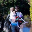 Exclusif - Adam Brody sort prendre l'air avec sa fille Arlo tandis que Leighton Meester, enceinte, reste à la maison à Venice le 14 avril 2020 pendant l'épidémie de coronavirus (COVID-19).