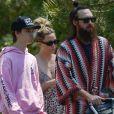 Kate Hudson, ses enfants et son compagnon Danny Fujikawa se promènent en famille dans leur quartier résidentiel à Los Angeles le 11 avril 2020.
