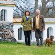 Le roi Carl XVI Gustaf et la reine Silvia de Suède vivent leur confinement au château Stenhammar à Flen, où ils ont été photographiés le 29 avril 2020, à la veille du 74e anniversaire du souverain.