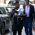Ray J se balade sur Rodeo Drive avec son petit Bouledogue dans les bras à Beverly Hills, Los Angeles. La compagnie Scoot-E-Bike de Ray J atteint 1 million de dollars! Le 24 janvier 2019