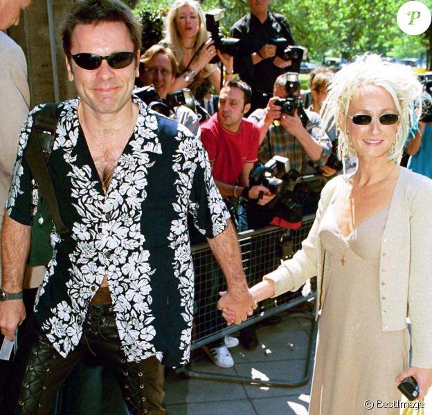 Bruce Dickinson d'Iron Maiden et sa femme Paddy Bowden en 2001 lors des Ivor Novello Awards à Londres