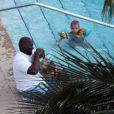 Kevin Federline, sa chérie et ses fils sont au bord d'une piscine à Miami