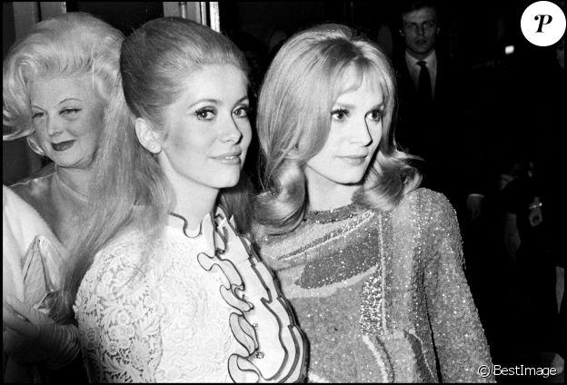 """Catherine Deneuve et sa soeur Françoise Dorléac lors de la première du film """"Les Demoiselles de Rochefort"""" à Paris en 1967."""