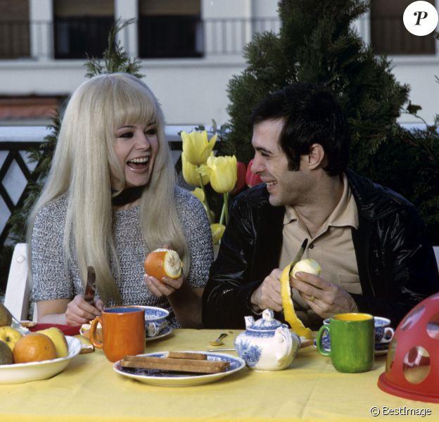 En France, à Paris, Guy Bedos et sa femme Sophie Daumier chez eux le 21 mars 1969.