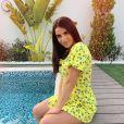 Camélia Benattia sublime en robe près d'une piscine, à Dubaï, le 12 juillet 2019