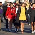 """Chris Colfer, Heather Morris, Lea Michele, Dianna Agron, Naya Rivera et le cast de """"Glee"""" en plein tournage. Los Angeles. Le 6 décembre 2011."""