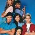 """Dustin Diamond, Elizabeth Berkley, Lark Voorhies, Mario López, Mark-Paul Gosselaar et Tiffani-Amber Thiessen dans la série """"Sauvés par le gong""""."""